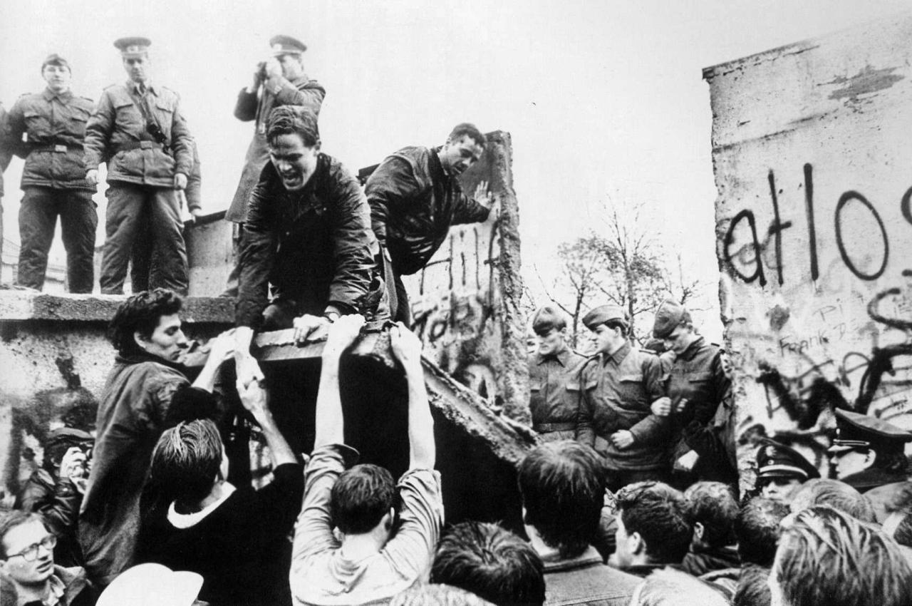 Berlin wall falls 1989
